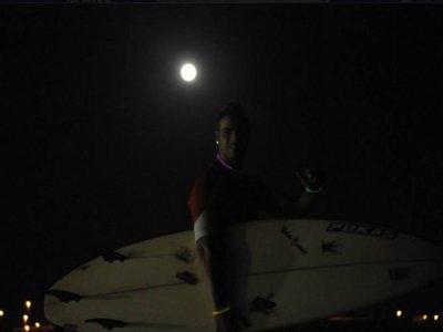 Clase de surf en Cádiz nocturna con luna llena 90m
