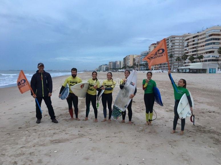 Jovenes surfistas