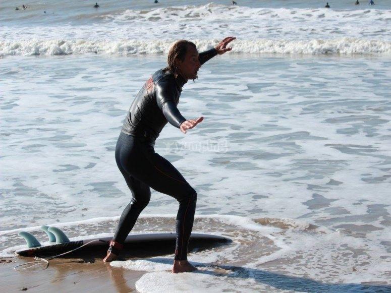 Practicando postura de surf