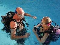 Aprendiendo inmersión en piscina