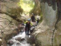 Pasando por rocas y ríos