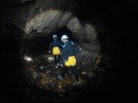 Recorriendo la cueva