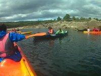 Remando con los amigos en kayaks