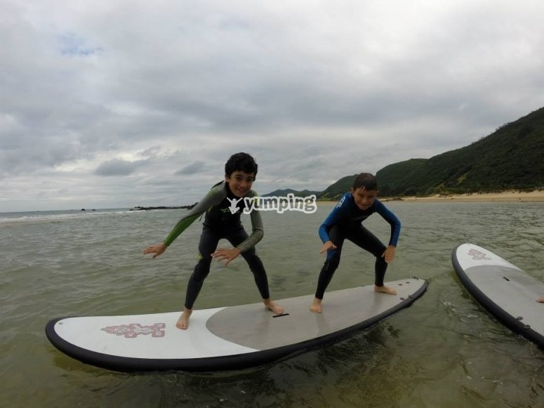 Two students on the surfboard