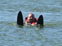 Un chapusón con los esquís acuáticos