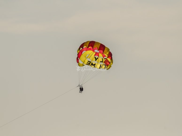 Fly in parasailing along the coast of Benidorm