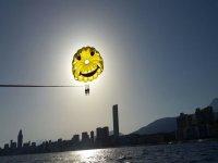 Tapando el sol con el parasailing