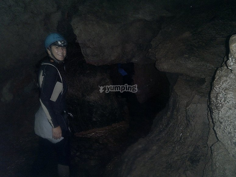 Con la cuerda en el interior de la cueva