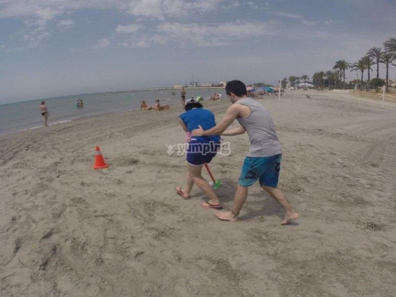 Golpeando la pelota en la arena