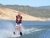 Manteniendo el equilibrio sobre los esquís