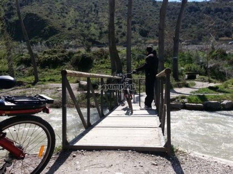 Cruzando el puente en bici eléctrica