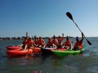 Grupo de kayak en aguas gaditanas