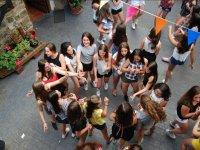 Chicas participando en un juego