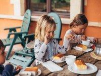 Niños desayunando en casa