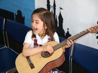 Niña practicando con la guitarra
