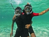 En pareja haciendo snorkel