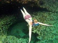 Nadando a ras de la cueva