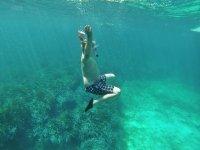Levantando los brazos bajo el agua
