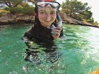 Quitandose el tubo de snorkel