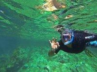 Feliz bajo el agua haciendo snorkel
