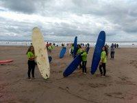 Haciendo surf en el mar