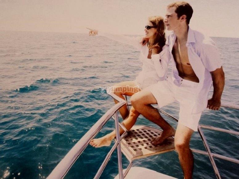 游艇上的情侣