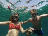 chico y chica bajo el mar