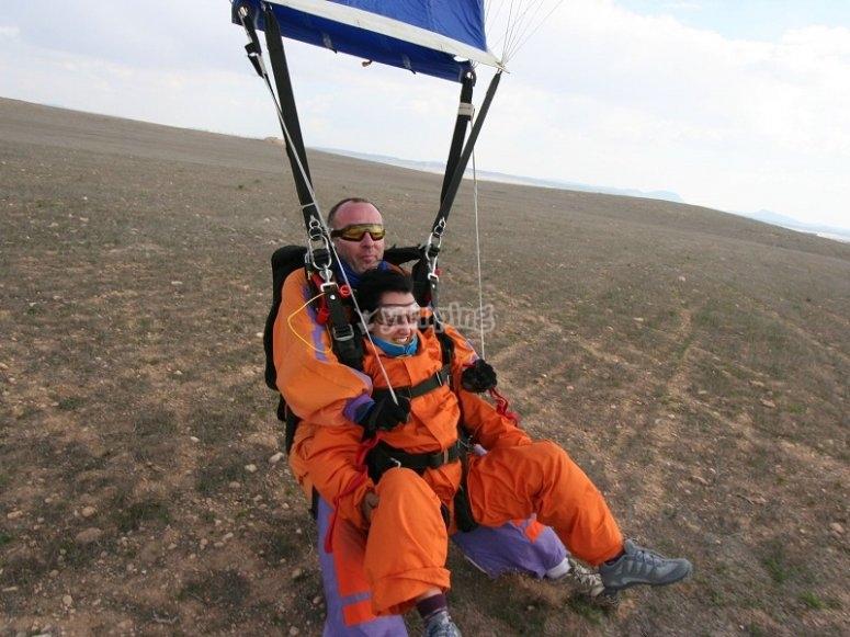 Aterrizando con el paracaidas en Ontur