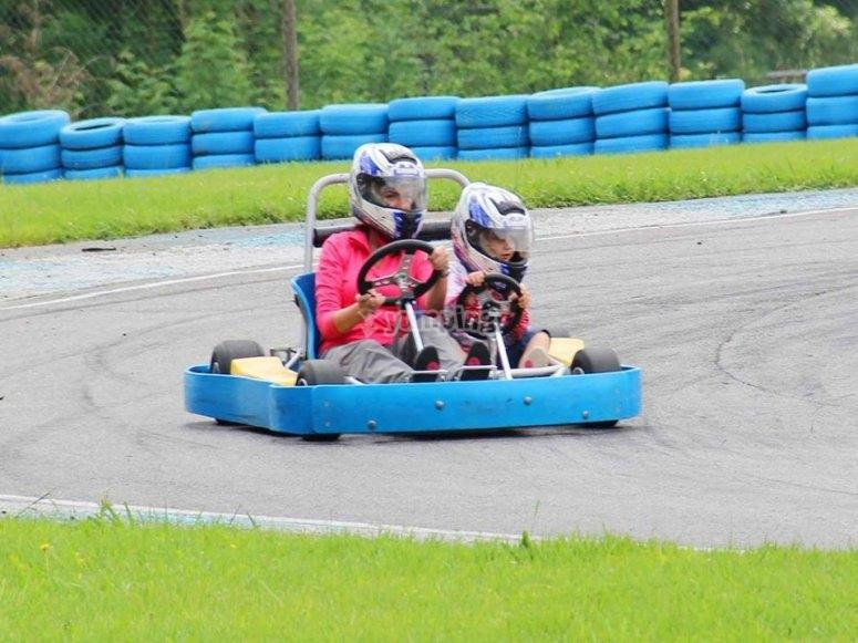 Adulto y niño tomando la curva del circuito de karts