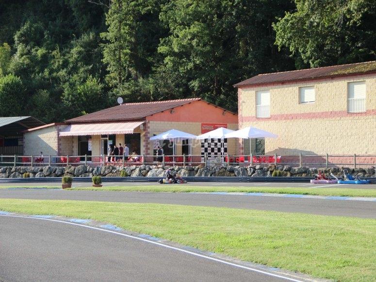 Terraza del bar en el circuito karting