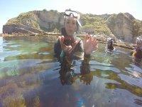 En la superficie con el erizo de mar