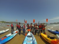 Junto a las canoas en la orilla