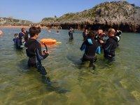 Atendiendo al instructor en la orilla