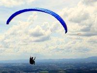 在山谷上滑翔伞