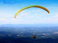 滑翔伞在绿色景观上