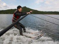 Sujeta a la barra para aprender esqui acuatico