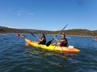 Canoa. Crociera guidata in kayak per bambini.