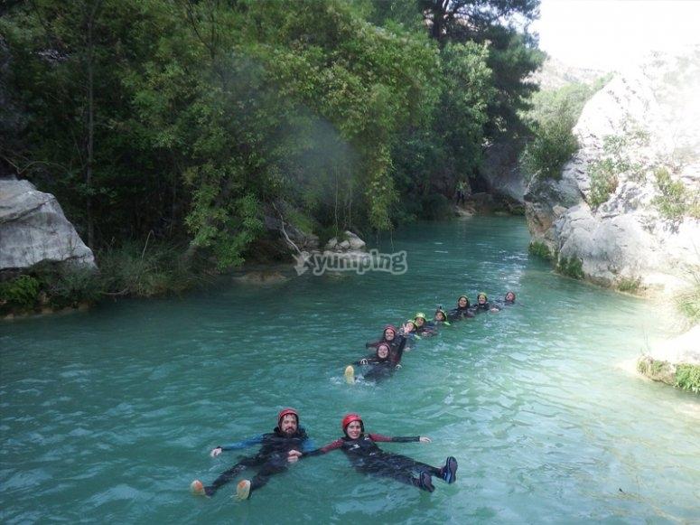Nadando en una ruta de barranquismo