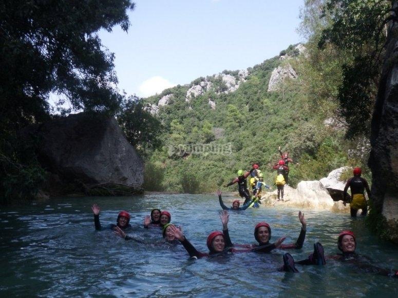 Grupo de barranquismo flotando
