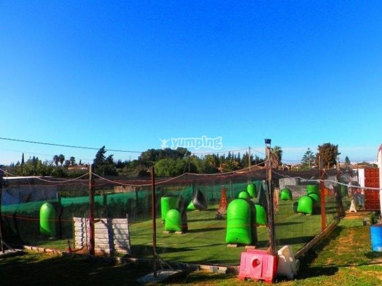 Campo con protecciones