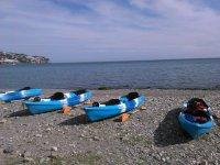 Kayaks azules en La Herradura