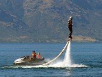 Flyboard junto a moto de agua
