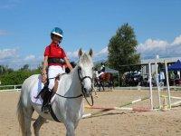 Alumno de equitación sobre el caballo