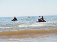 两辆水上摩托车