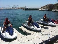 Chicos esperando en las motos nauticas