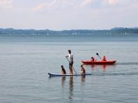 带孩子的划桨冲浪