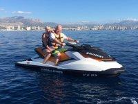 Conduciendo moto de agua en pareja
