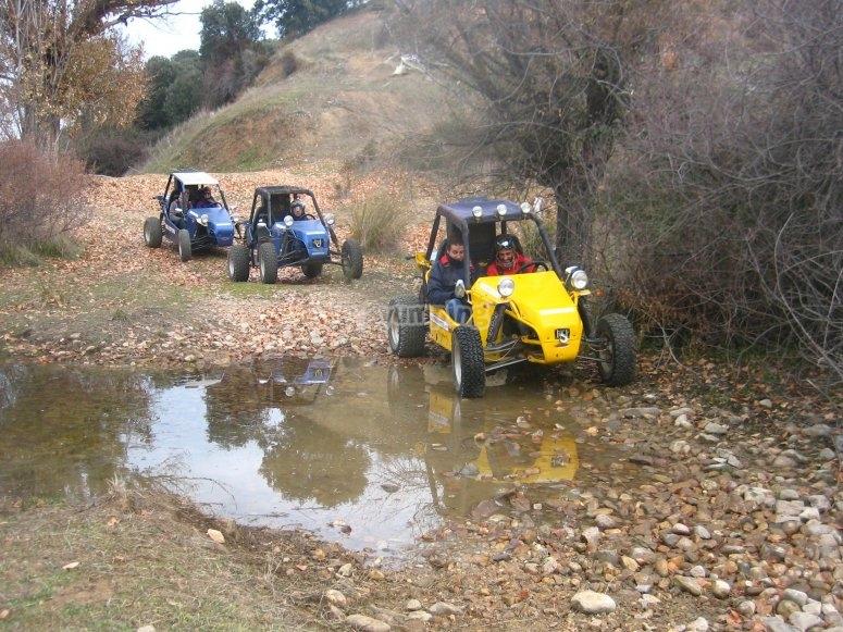 在水坑上的越野车