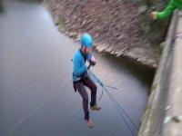 Saltando del puente sobre el río Agueda