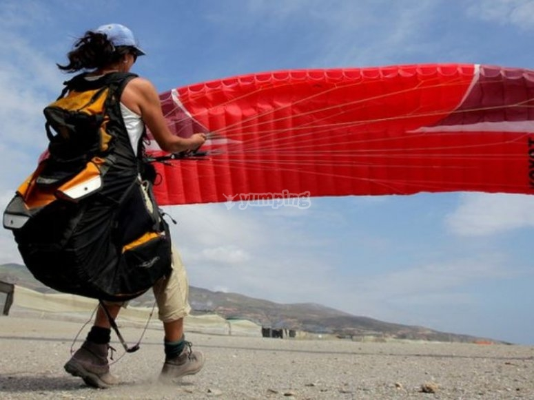 Holding the paraglider